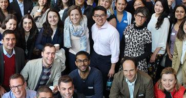 """Alumnos de Harvard se reúnen junto un grupo del MBA UC para hablar sobre compañías locales en """"FIELD Global Immersion""""."""