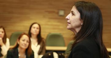Subsecretaria del Ministerio de la Mujer, Carolina Cuevas, expone en MBA UC
