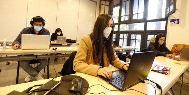 Estudiantes del Magíster en Gestión de Personas se encuentran en Campus Oriente UC para sus primeras clases híbridas